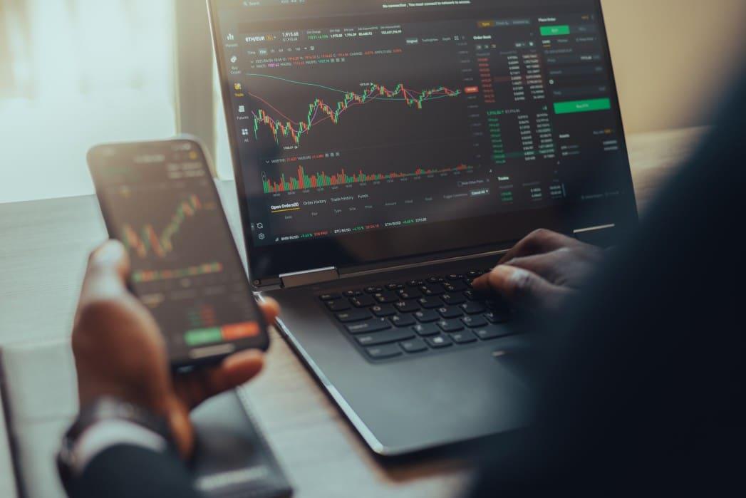 https://www.spenderrific.com/wp-content/uploads/2021/08/Growth-vs-Value-Investing.jpg